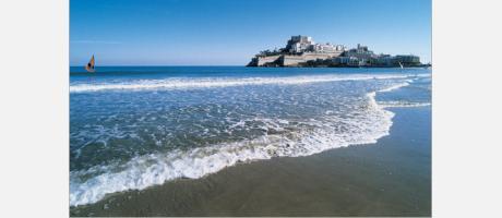 Foto de la playa de Peñíscola con el Castillo del Papa Luna al fondo