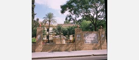 """Panel cerámico con el nombre del parque """"El Boscany"""" en Manises."""