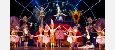Una de las escenas del musical, es la escena del festín. En la foto aparecen los actores y actrices a punto de finalizar el número musical con los brazos en alto.