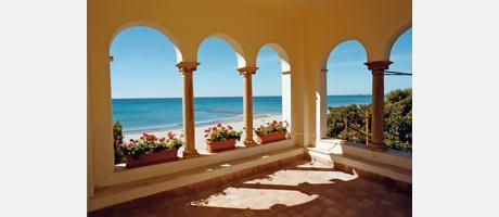 Bonita panorámica desde una terraza sobre la playa en Benicassim