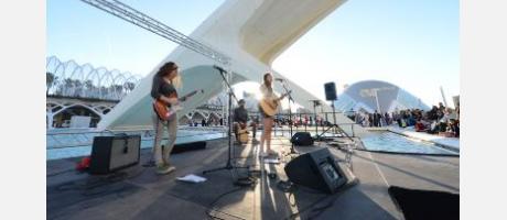 Músicos de la escuela Berklee en el lago del Museo Príncipe Felipe