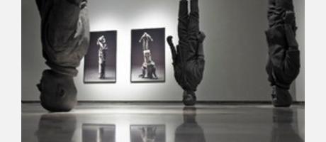 Sala con esculturas de hombres cabeza abajo