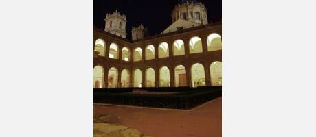 Imagen nocturna del Monasterio de San Miguel de los Reyes