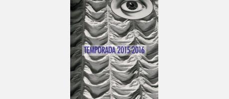 Imagen de cortinaje de una sala de teatro y una fotografía de un gran ojo.
