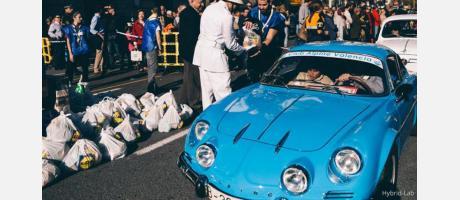 Foto del guardia urbano vestido de blanco de la época con coche antiguo