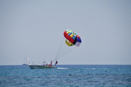 Practicando Parasailing en las playas de Torrevieja (Alicante)