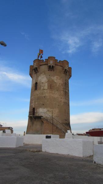 Torre àrab i coves que la circumden